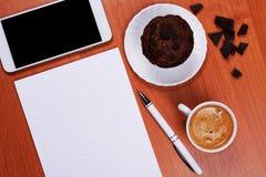Kaffee und Muffin am Arbeitsplatz lizenzfreies stockbild