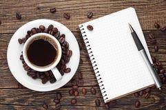 Kaffee und Notizblock Lizenzfreie Stockfotos