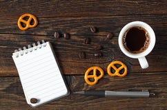 Kaffee und Notizblock stockbilder