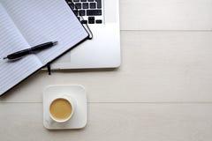 Kaffee und Notizblock mit Computer von oben Lizenzfreie Stockbilder