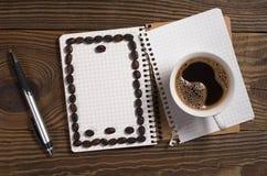 Kaffee und Notizbuch Lizenzfreies Stockbild