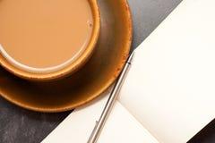 Kaffee und Notizbuch Stockbilder