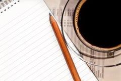 Kaffee und Notizbuch auf Schreibtisch Stockbilder