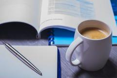 Kaffee und Organisator auf einem grauen Tabellenvertretungsbruch oder -frühstück im Büro Lizenzfreie Stockfotos