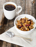Kaffee-und Paleo-Granola-Frühstück wird gedient Lizenzfreies Stockbild