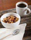 Kaffee-und Paleo-Granola-Frühstück wird gedient Stockbild