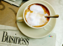 Kaffee und Papier Stockbild