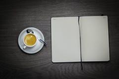 Kaffee und Papiere Lizenzfreies Stockfoto