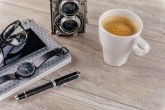 Kaffee und persönliche Einzelteile auf dem Desktop Lizenzfreies Stockfoto