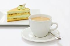 Kaffee- und Pistazieschwammkuchen lizenzfreie stockfotos