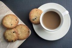 Kaffee und Plätzchen auf Tabelle Stockbild