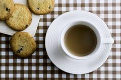 Kaffee und Plätzchen auf Tabelle Stockfotografie