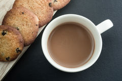Kaffee und Plätzchen auf Tabelle Lizenzfreie Stockfotografie