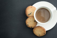 Kaffee und Plätzchen auf Tabelle Lizenzfreie Stockbilder