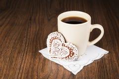 Kaffee und Plätzchen in Form von Herzen auf einer Serviette mit Stickerei in Form von Herzen Lizenzfreie Stockfotos