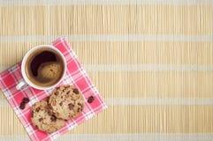 Kaffee und Plätzchen mit Schokolade Stockfoto