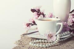Kaffee und rosa Kirschblüten lizenzfreies stockfoto