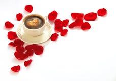 Kaffee und rosafarbene Blumenblätter Lizenzfreies Stockfoto