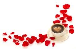 Kaffee und rosafarbene Blumenblätter Lizenzfreie Stockfotografie