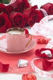 Kaffee und rote Rosen Stockfotos