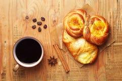 Kaffee und süße Brötchen Lizenzfreies Stockbild