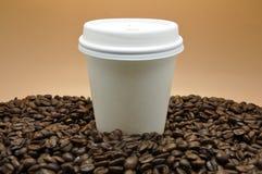 Kaffee und Schale nehmen heraus Lizenzfreies Stockbild