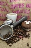 Kaffee-und Schalen-Kuchen lizenzfreie stockfotografie