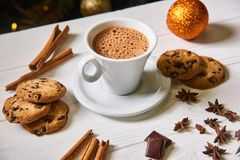 Kaffee und Snäcke auf dem Tisch auf Tabelle des neuen Jahres Stockfotos