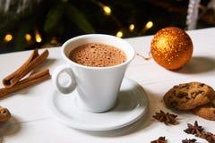 Kaffee und Snäcke auf dem Tisch auf Tabelle des neuen Jahres Lizenzfreies Stockbild