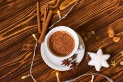 Kaffee und Snäcke auf dem Tisch auf Tabelle des neuen Jahres Lizenzfreie Stockfotos