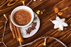 Kaffee und Snäcke auf dem Tisch auf Tabelle des neuen Jahres Lizenzfreie Stockbilder