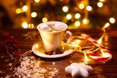 Kaffee und Snäcke auf dem Tisch auf Tabelle des neuen Jahres Lizenzfreies Stockfoto