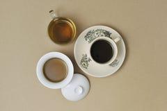 Kaffee und Tee auf braunem Beschaffenheitshintergrund Lizenzfreie Stockbilder