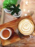 Kaffee und Tee auf hölzerner Platte stockfoto