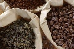 Kaffee und Tee in den Beuteln Lizenzfreie Stockfotos