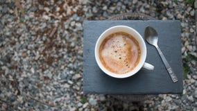 Kaffee und Teelöffel auf einer Platte Stockfotografie