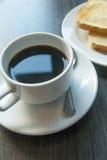 Kaffee und Toast auf Holztisch Stockbild