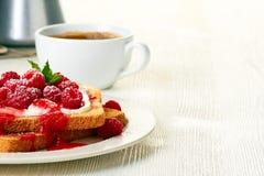 Kaffee und Toast mit frischen Himbeeren auf weißer Tabelle Stockbilder