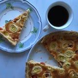 Kaffee und Torte mit Lachsen Lizenzfreie Stockfotografie