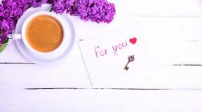 Kaffee und Umschlag mit einer Aufschrift für Sie Lizenzfreie Stockbilder