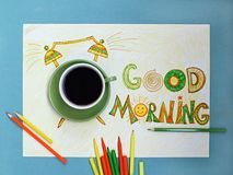 Kaffee- und Weckerkonzept des gutenmorgens Tasse Kaffee mit Hand gezeichnetem Wecker Stockbild