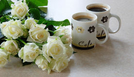 Kaffee und Weißrosen Stockfotografie