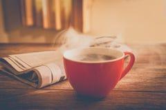 Kaffee und Zeitung Stockfotos