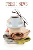 Kaffee und Zeitungen lokalisiert auf Weiß Lizenzfreie Stockfotos