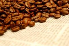 Kaffee- und Zeitungshintergrund Stockfotografie