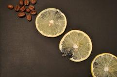 Kaffee und Zitrone Stockfotos