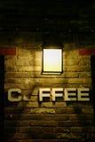 Kaffee unter der Leuchte Stockfotos