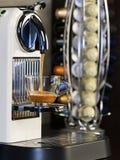 Kaffee Weißes Cupkaffee-Espresso Espressomaschine, die einen Kaffee braut lizenzfreie stockfotografie