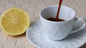 Kaffee wird in eine Schale gegossen stock footage