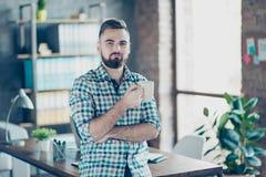 Kaffee-Zeit am Arbeitskonzept Porträt erfüllter herrlicher Co Stockfotografie